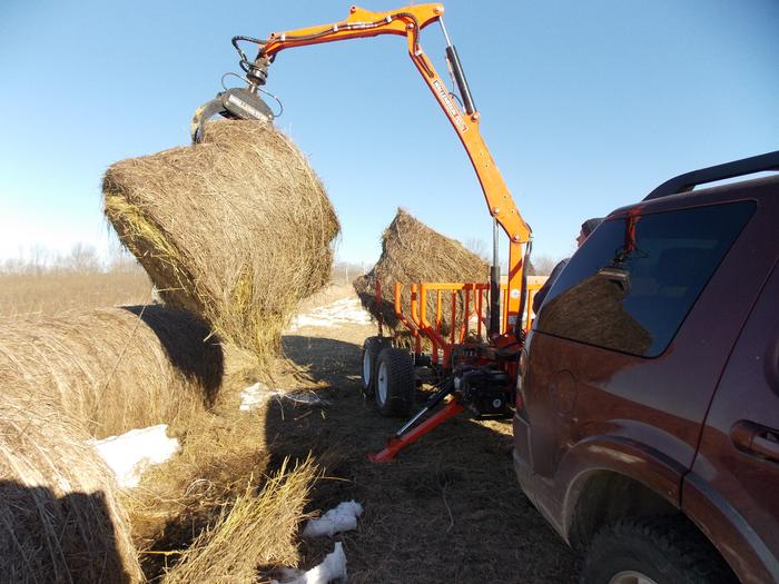 log trailer lifting hay