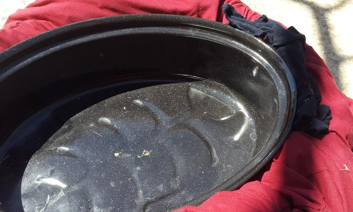 At the ends small pieces of cloth are added to better insulate around the pot handles