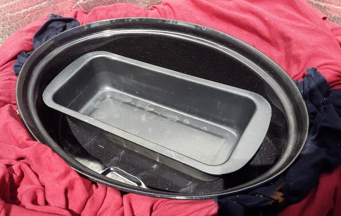 Another pan can be placed inside the main pot, with bread etc !!!