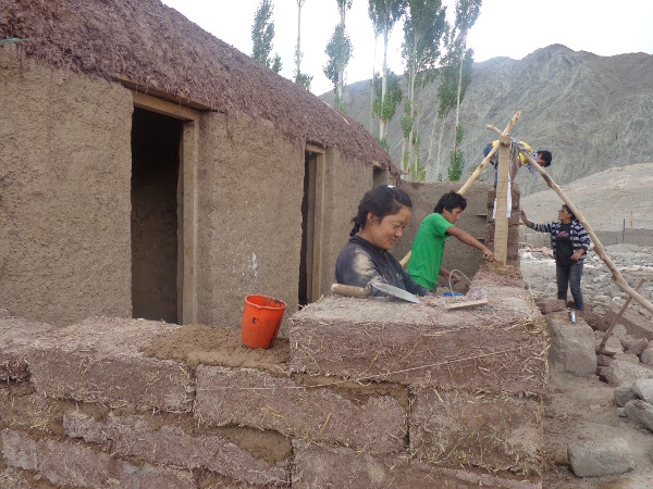[Thumbnail for 2014-Students-building-with-straw-clay.JPG]